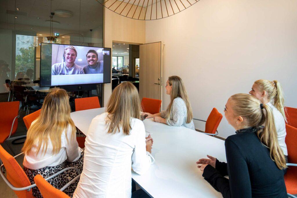 personer-i-möte-deltagare-över-länk-samt-på-plats-i-lokalen